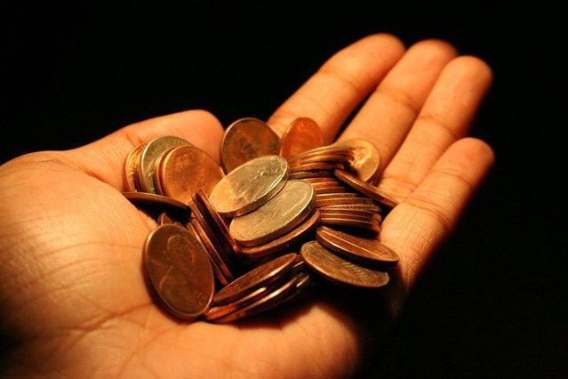 drobné mince v hrsti