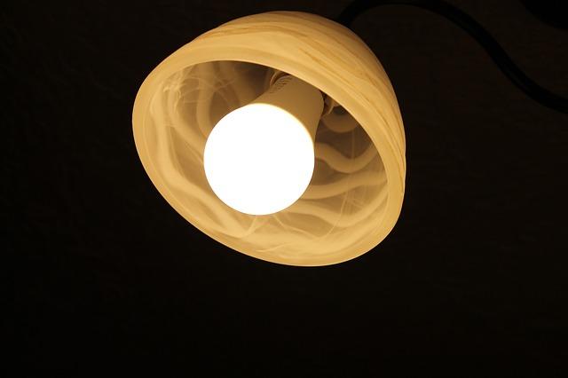 LED diodová žárovka v lustru